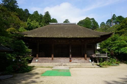 平安時代末期から鎌倉時代に造られたものだそうで、寄棟造桧皮葺、桁行五間という堂々たる構えです。<br /><br />