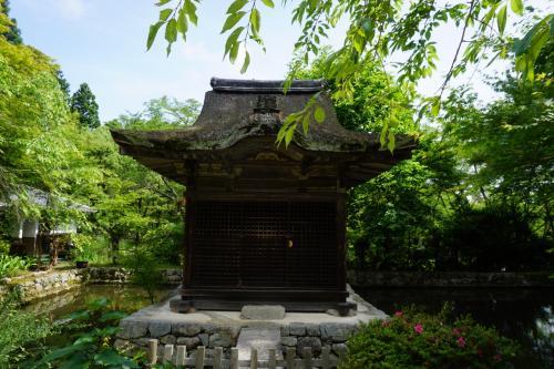 本堂の脇に建つのは弁天堂。これも国の重要文化財です。<br />なお、奥の収蔵庫には「丈六阿弥陀如来坐像」もありました。