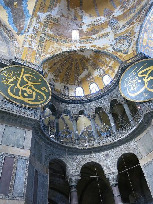 アヤソフィア2<br /><br />4世紀、東方正教会の大聖堂として創建されたのですが、15世紀オスマン帝国時代にモスクに改修されました。