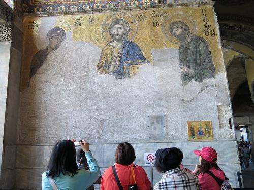 アヤソフィア3<br /><br />かつて東ローマ帝国の首都だった経緯から、キリスト教関連のモザイク画や天井画がたくさん残っています。 通常は回教徒が入ってくるとこういったものはすべて破壊されますが、当時はキリスト教徒もたくさんいたので残ったのでしょう。
