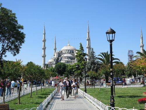 すぐ隣りはスルタンアフメッド・ジャーミイ(ブルーモスク)Sultanahmet Gamii<br /><br />尖塔(ミナレット)が6本あるのが特徴です。(通常2または4本) アヤソフィアとの大きな違いは、こちらは一般人が祈祷する寺院であって、毎週金曜日にはそれこそ何十万、何百万という回教徒が一斉にお祈りすわけですから、こういったモスクはイスタンブールだけで何百もあるわけです。観光寺院ではないので入場料はもちろん無料