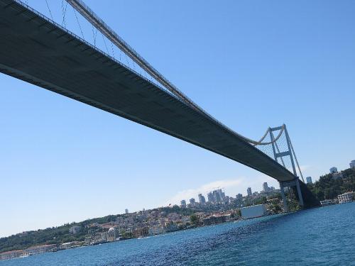 さて午後からボスポラスクルーズに出かけます。 第一、第二ボスポラス大橋を廻り約90分のショートクルーズとなります。(12TLと船は安い)<br />