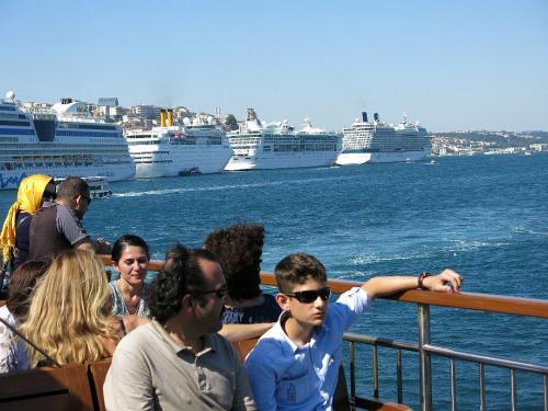 クルーズ5<br /><br /> やはりここイスタンブールは人気なのでしょう。 大型のクルーズ船が3-4隻は常時停泊しています。