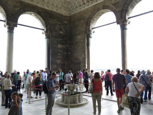 トプカプ宮殿4 宝物殿<br /><br /> この宮殿の見所は宝物殿のダイヤ、エメラルド、サファイアなどの宝石群だが、隣のテラスからのボスポラス海峡の眺めがそれ以上にすばらしい。