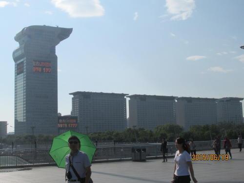 龍の形をした建物は高層複合ビル「盤古大観」。5棟並んでいます。端のビルは「北京盤古七星酒店」で通常時は1泊約18万8000元(376万円)です。「自称・七つ星ホテル」で公認のランクでは無いようです。ホテルの部屋から鳥の巣スタジアムが見えるそうですがオリンピックには間に合わなかったらしい。