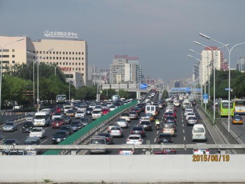 北京の交通渋滞はどうしようもない。週5日平日はナンバー数字別に1日乗れない日があったり、平日は北京市以外のナンバーは市内に入れないそうです。