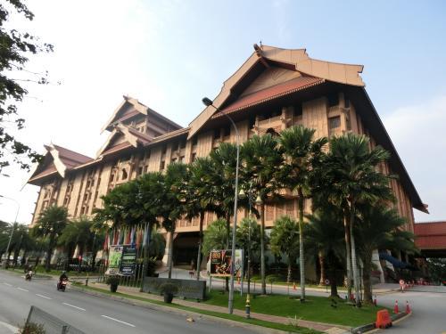 近代的なビルが集中するKLの中で、ひときわ目立つマレーシア宮殿風のホテル「ロイヤル・チュラン」(写真)に再びチェックインする。
