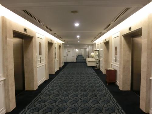 2週間前に滞在しているので、事情はよく分かっている。白で統一されたエレベーターホール(写真)から廊下を進んでいく。