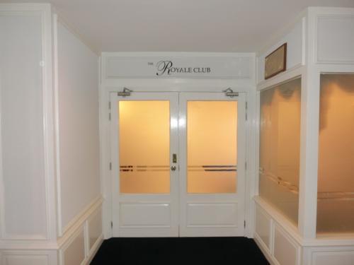 ホテル5階にある「ロイヤル・クラブ・ラウンジ」(写真)では午後3時からアフタヌーン・ティータイムがはじまる。この時間帯以外でもコーヒー、紅茶、ジュース類はいつでも飲める。
