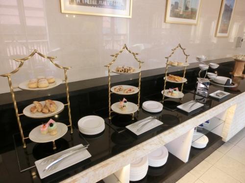 カウンター(写真)には英国式アフタヌーン・ティー同様にケーキ・スコーン類が並んでいる。