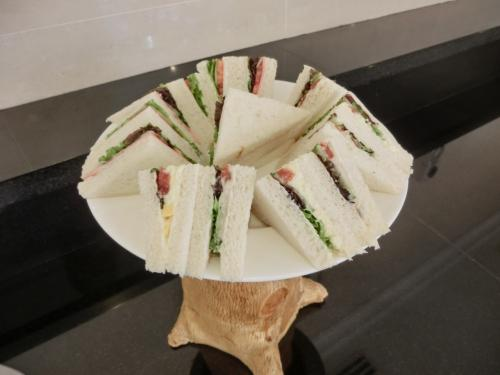 そして、サンドイッチ(写真)もしっかり用意されているので、遅いランチになる。