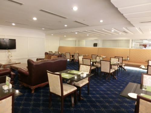 クラブラウンジの奥に食事ができるテーブル席があり、ここが私の書斎になる。午後3時から5時まで、パソコン持参でコーヒーを飲みながら学校の宿題やら授業の予習をするのである。