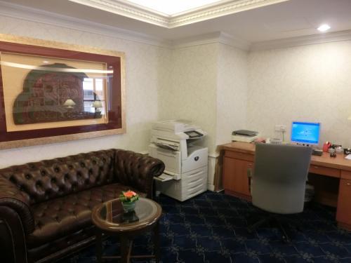 ロイヤルラウンジはビジネスセンター(写真)を兼ねている。よって英語のテキストや新聞記事でコピーしたい箇所があれば、スタッフに頼めば無料でやってくれる。