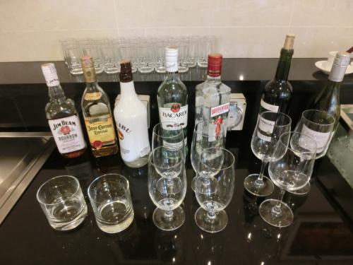 夕方5時30分からカクテル・タイムが始まる。マレーシアはイスラム教の国なので市販のアルコールは非常に高い。よって、酒好きな人にとってはアルコール無料のクラブ・ラウンジはとてもメリットがある。