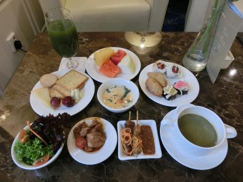 写真左から「生野菜、チーズ類、フルーツ、寿司(巻き寿司、いなり寿司)、スープ」は毎日あり、真中のメインディッシュは毎日メニューが変わる。十分夕食になる。