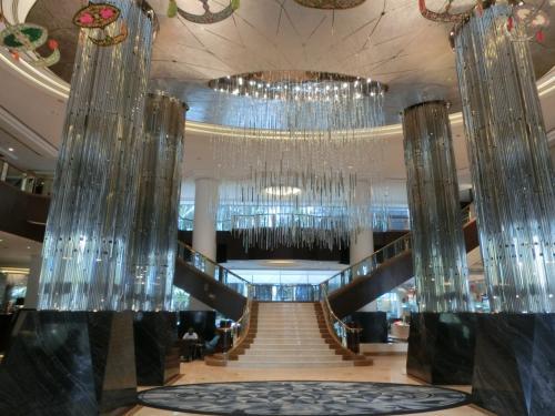 ホテルの玄関を入ると3層吹き抜けのロビー(写真)が現れる。天井から吊り下げられたシャンデリアと4本の大支柱がピカピカに輝いている。これはなかなかインパクトがあり、一気に気分が盛り上がる。