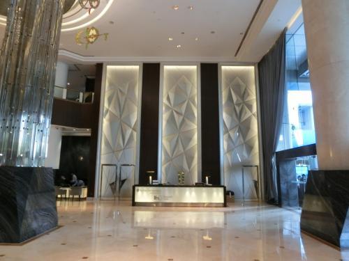 玄関右に大きなフロントがあり、ここはインターコンチネンタルのホテルロイヤルティプログラムである「IHGリワーズ・クラブ」メンバー専用のカウンターになっている。<br />http://www.ihg.com/hotels/jp/ja/reservation#0<br />
