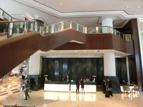一般客用のフロント(写真)は少し奥まった所にあり、「IHGリワーズ・クラブ」専用カウンターとの違いを感じる。IHGは全日空のANAグループ(以下参照)と提携しており日本国内のホテルも多い。利用価値大である。<br />http://www.anaihghotels.co.jp/?_PMID=99583831&ad=vc100628
