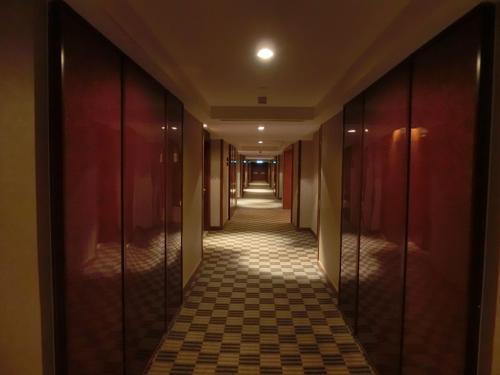 フロントで高層階の部屋を色々探してもらう。また、クラブラウンジへのアップグレードを聞いてみたところ、1泊1ルーム200RM(6600円)だったのでやめた。17階の廊下を急ぐ。