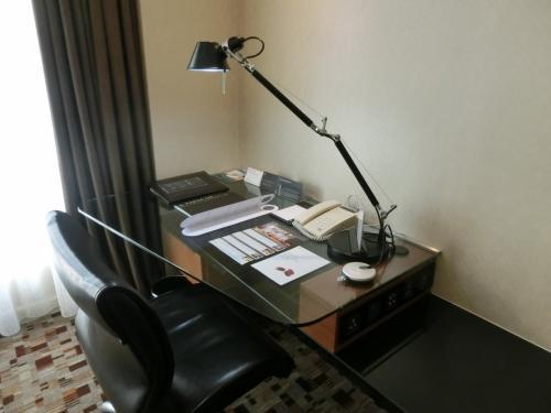 そして、窓側のデスク(写真)には大きな読書用のライトがあり、ここでしっかり勉強ができる。マレーシアのホテルはデスク用スタンドが暗く、夜の読書や勉強に不適である。
