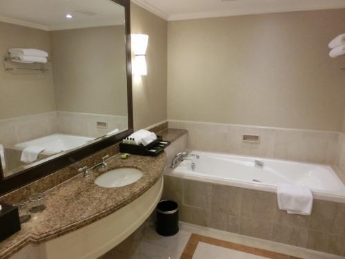 広々としたバスルームも気持ちがいい。いつでも熱い湯が勢いよく出てくる。