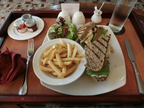 初日はホテル移動で疲れており、外食に行かず、ルームサービスにする。クラブサンドイッチ(写真:49RM:約1600円)を注文する。ボリューム満点で食べきれない。