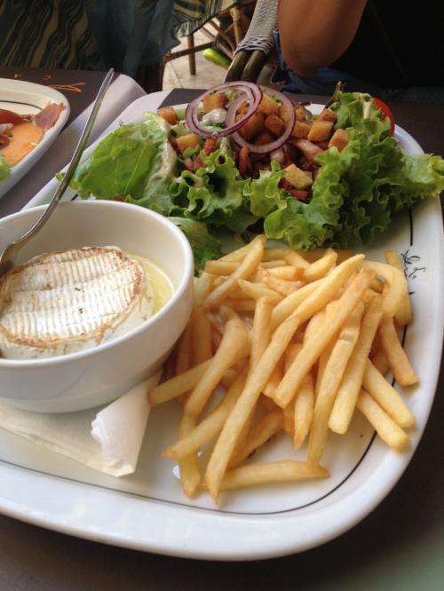 星の付きレストラン ばっかだったから<br />シンプルなサラダが 食べたくて<br />なにーー カマンベールのチーズ丸ごと!<br />日本じゃ ありえなーーい<br />名前忘れたけど、 エルメスの店のちかくで<br />Nespressoのお店が みえてた。。