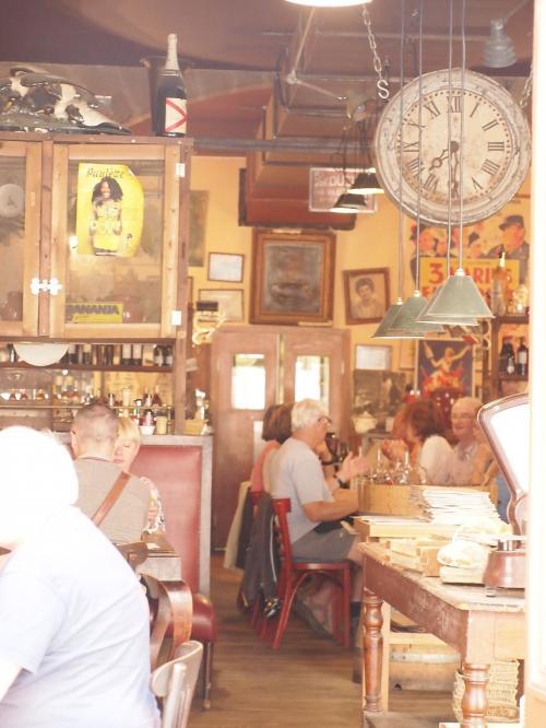雰囲気のいいレストランもみつけたー<br />ここで 次回 コーヒーだけでも。。