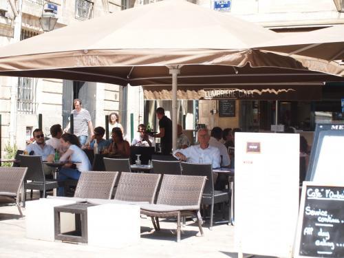 暑くって 誰もが パラソルの下にすわります。<br />お昼時だったから 飲み物だけって言うと 断られたお店もあった。<br />そら そうだはね。。 一番忙しい時だものね。。<br /><br />