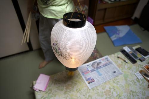 大相撲を見終えた母が提灯を持ち、ロウソクの火に先導されご先祖さまが我が家を離れます。