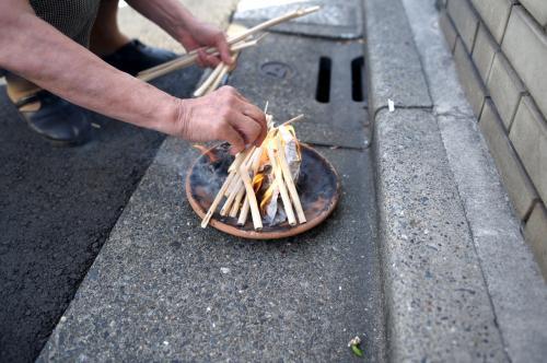 送り火を使って火を焚きます。
