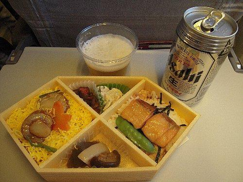 行きの機内食<br /><br />行きは羽田から金浦空港へ、帰りは羽田へ着く便が取れなかったので、仁川(インチョン)から成田空港へというルートになりました。