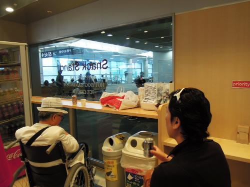 福岡空港国際線ターミナル<br />いつもの売店で出発前のビールタイム。