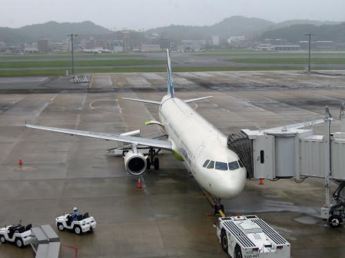 今から釜山金海空港へ向かいます。<br /><br />台風11号の影響で多少風は強いですが...。<br />飛行機は飛びそうです。