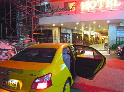 マクタン空港からセブシティの<br />ディプロマットホテルまでと告げるとタクシードライバーは<br />1000ペソとふっかけて来たが、なんとかネバって500ペソ<br />500ペソでも通常の2倍 深夜だからしょうがないか...。