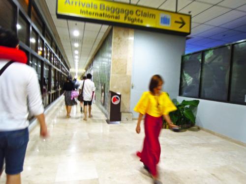 マクタン国際空港に00:40分到着!<br />足早に入国審査へ向かい<br />入国後タクシーを探します。