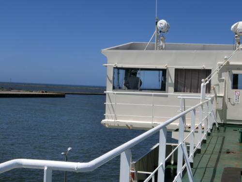 キャプテン来たー<br /><br />このあと指差し確認。港よし、前方よし、といったかんじで<br /><br />甲板は放送圏外なのですね。いつのまにか出航してた