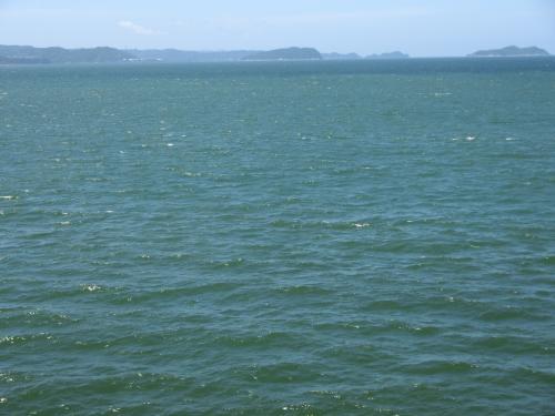 進行方向むかって左、南の方角、すなわち太平洋を向いている側と、向かって右の淡路島を向いている側の違いが歴然とある<br /><br />太平洋側は、風圧が、すごいです。見た目も南洋風で、アジアの海につながっているんだな、という感じがする。これぞ南海