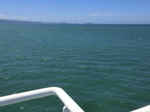 太平洋側は風というか暴風の音がすごく、波音など聞こえません。デッキの端に近づくのも風圧に耐えてで、息をすると海のパワーを吸い込む。擬似海水浴。ちょうどサーフィンで沖へ出るのに、いくつも波を超えていくときのように波の圧力をもろに受ける。<br /><br />1度の航海で2つの海を体験できる、お得な、1船2海^^