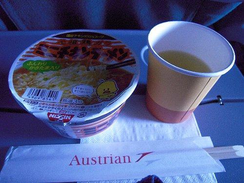 帰り便の夜食はミニサイズのカップ麺。スープを残す人がいるせいか、FAさんはビニールの手袋をして容器を回収していました。