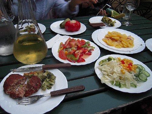 手前左はハンバーグ<br /><br />ワインはテーブルで注文。軽く飲みたい時は白ワインにソーダを混ぜるgespritzter(ゲシュプリッツター)が美味しいとのことですが、飲兵衛の私達、結局はお代わりしてワインだけ飲んでおりました。(^^ゞ