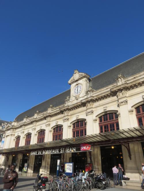 ボルドー・サン・ジャン駅<br /><br />18時でも、この青空です<br />これから市内散策に出かけます<br />