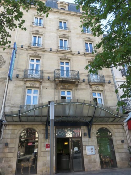 Hotel du Faisan Gar soint-Jean<br /> <br />オテル デュ フェザンガール サンジャン<br /><br />66ユーロ。<br /><br />この旅でwifiが一番良いホテルでした<br /><br />駅を背にして真っ直ぐ前です。<br />booking.comの地図は??です。