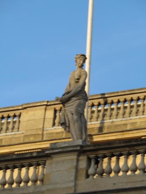 上部の女神像・・<br /><br />9つの文芸美術を司る女神ミューズ・<br />美と愛の女神ヴィーナス・知識芸術<br />の女神ミネルヴァ・光と婚姻の女神<br />ユノ・・<br />