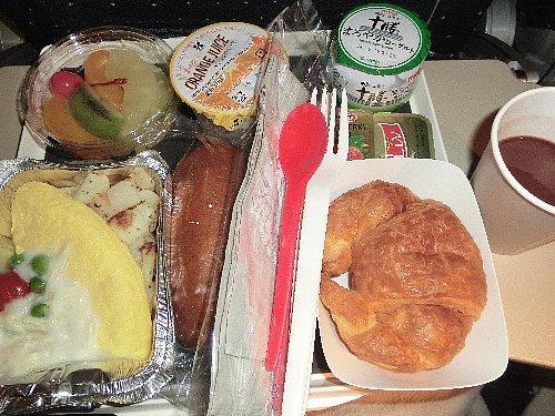 朝食<br /><br />さて、羽田発エールフランスのパリ到着は午前4時、空港発リヨン行きのTGV始発便は6時58分です。3時間も待つの?!と思ったけれど、時間は意外と速く過ぎました。
