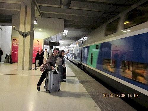 2階建てのTGV<br /><br />リヨンには鉄道の駅が二つあります。リヨン・パール・デュ駅とリヨン・ペラーシュ駅です。下調べの段階で私達が乗る予定のTGVはリヨン・ペラーシュに停車すると思い込んだ私はペラーシュ駅前のホテルを予約したのですが、到着はパール・デュ駅の方でした。