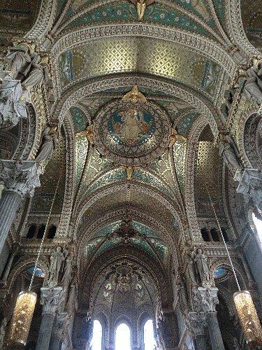 ノートルダム聖堂、またはフルヴィエール大聖堂は素晴らしいです。天井のモザイクのブルーがとても綺麗で、あちこちに色々なタイプのマリア像があって、クリスチャンの友を連れてきたらさぞかし感激しただろうなぁと思いました。