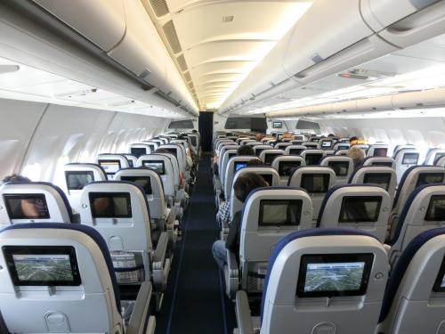 7月22日(水)午前9時40分、中部国際空港発のルフトハンザ・ドイツ航空737便に搭乗する。機種はエアバズ340で、エコノミーの座席配置は横2-4-2の8列(写真)である。