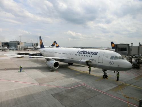 トランジット時間は1時間45分で、流れに沿って移動して次なる飛行機、ベルリン行、ルフトハンザ192便(写真)に搭乗する。そして、約1時間のフライトの後、ベルリン・テーゲル空港に到着する。