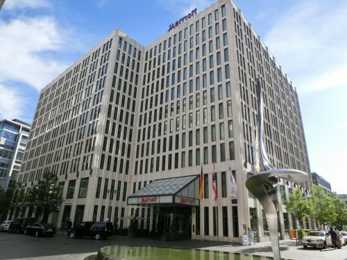 今夜のホテルはベルリン・マリオットホテル(写真)。このホテルはベルリンの地下鉄Uバーン「ポツダム広場」駅から徒歩1〜2分の場所にあり、アクセス抜群である。